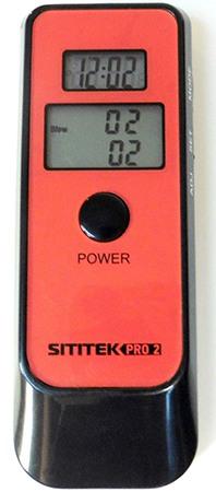 На верхний индикатор  алкотестера SITITEK Pro2 выводится время, а на нижний степень опьянения испытуемого в двух величинах